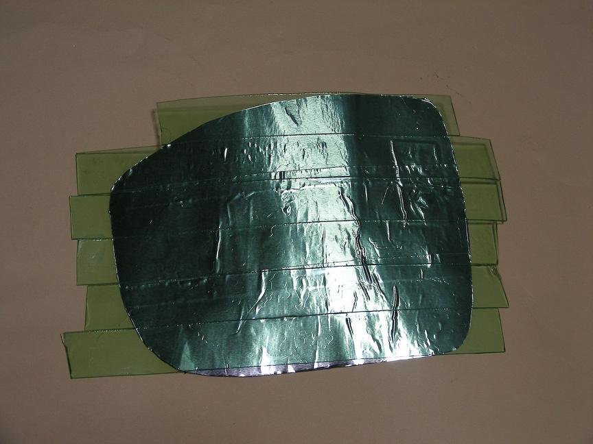 両面テープをアルミテープを貼り付けた面に敷き詰めるように貼り付けていく