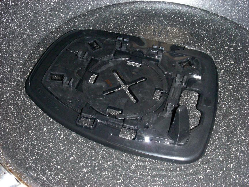 再び台座パーツを熱湯に浸して軟質化