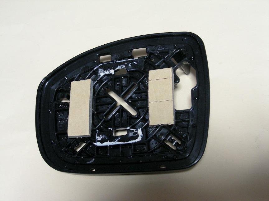 付属のスポンジクッション付きの両面テープ片を台座パーツに貼り付ける。純正ミラーに付いていた粘着ゴムを再利用するのもよいだろう