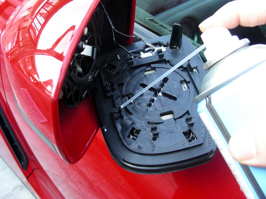 シリコンスプレーで爪部分を滑りやすくしてからドアミラー本体に戻そう。熱線シートの配線も忘れずに