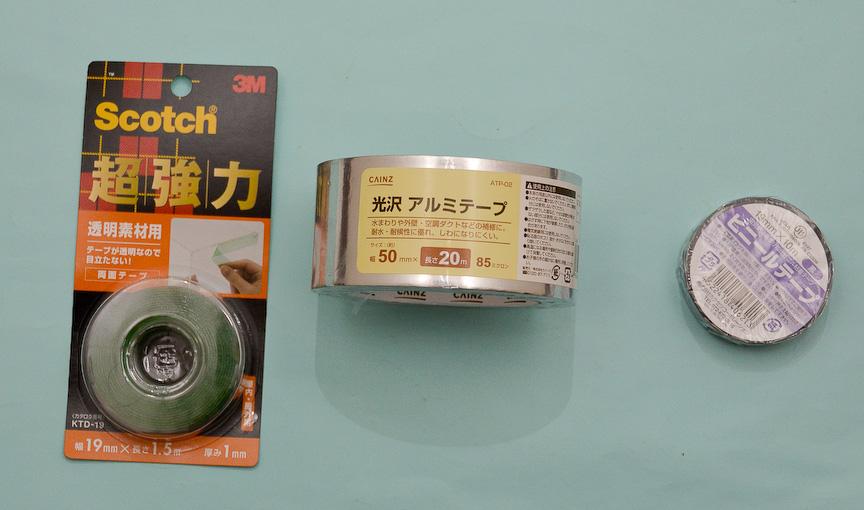 ミラーヒーター(熱線シート)の移植に必要なテープ類。写真は筆者が今回購入したモノ。それぞれ左から500円、500円、50円程度。透明両面テープは緑色に見えるが、これは接着面の保護フィルムが緑色なだけで両面テープ自体は透明である点は明記しておく