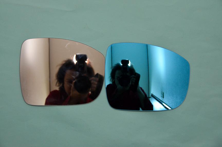 屋内での撮影。左が純正ミラー、右が次世代ブルーワイドミラー。カメラを構える筆者の大きさの違いに着目。次世代ブルーワイドミラーの方が広範囲を映すために筆者の姿が小さく見えている