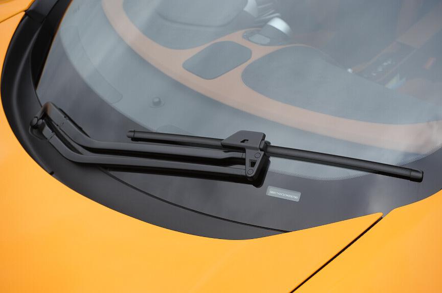 ワイパーは1本タイプ。リンクによって掻き取り角度を最適化している