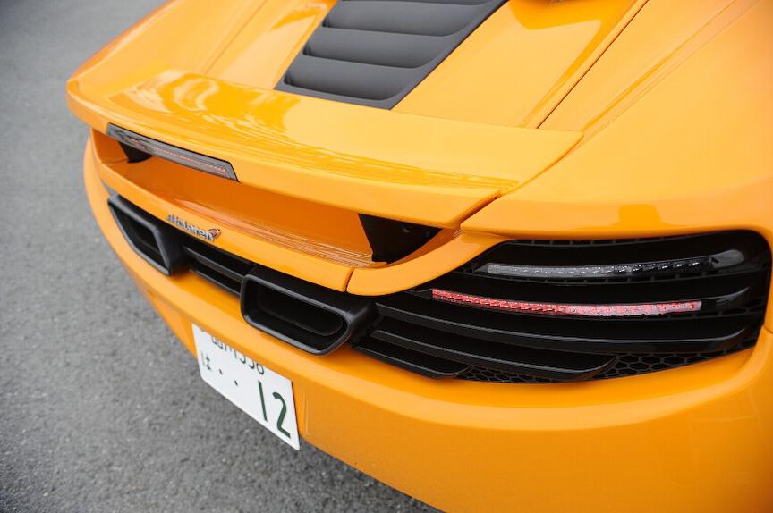 ウイングは角度を変えることでダウンフォースを高め、ブレーキ性能を高めるエアブレーキを兼用する