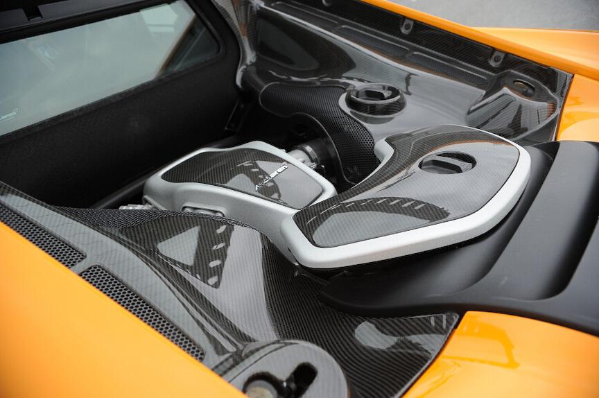 エンジンはカーボンのカバーが被っている。V型8気筒3.8リッターツインターボ「M838T」の最高出力は441kW(600PS)/7000rpm、最大トルクは600Nm/3000-7000rpm