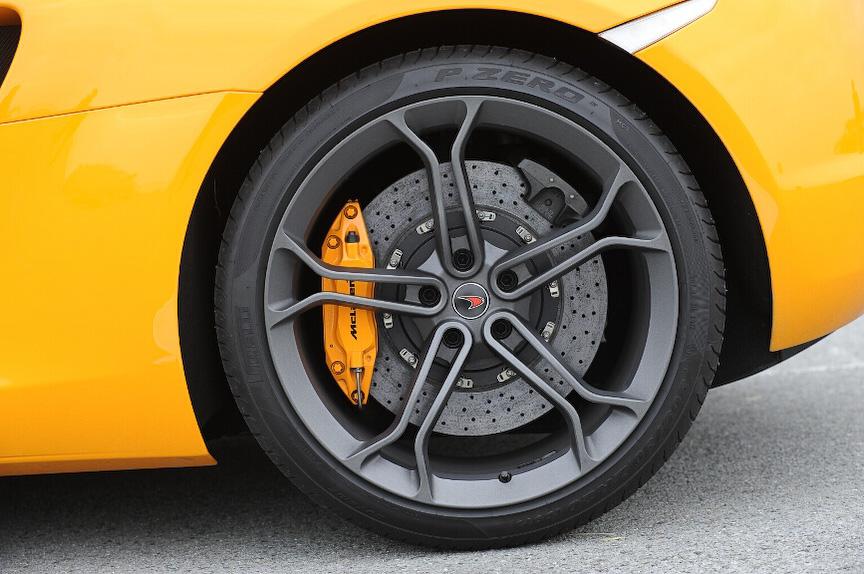 タイヤはピレリ「P ZERO」を装着。サイズはフロントが235/35 R19、リアが305/30 R20