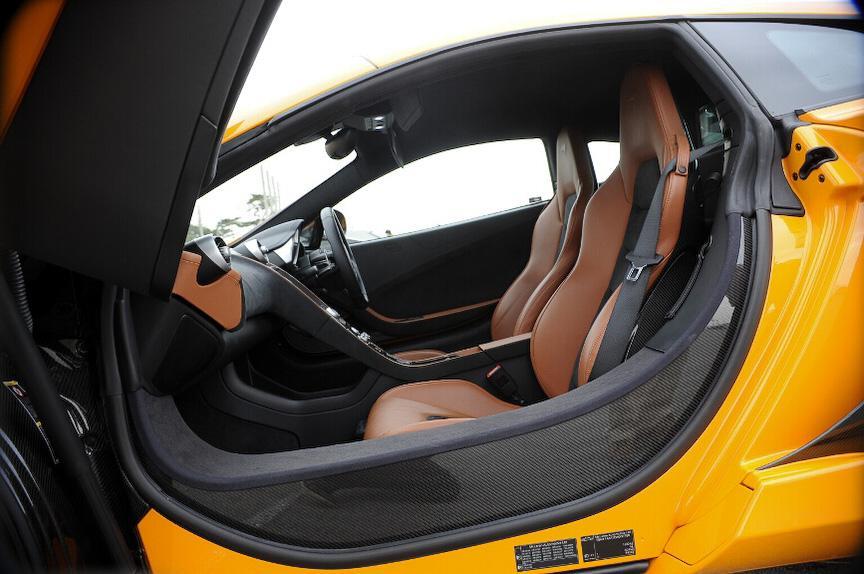 フロントシートまわりはカーボンによる一体成型したシャシーとなる