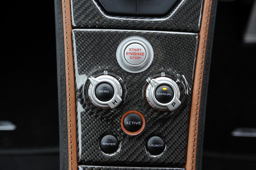 エンジンスタートボタンと変速モード切り替え。N、S、Tはノーマル、スポーツ、トラックの略