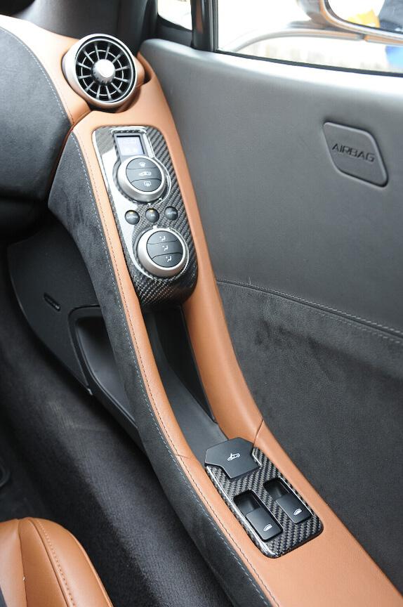 空調はドア側のスイッチで操作する