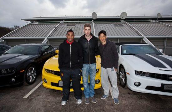 納車されたシボレー車の前で記念撮影する香川真司選手らマンチェスター・ユナイテッドの選手たち