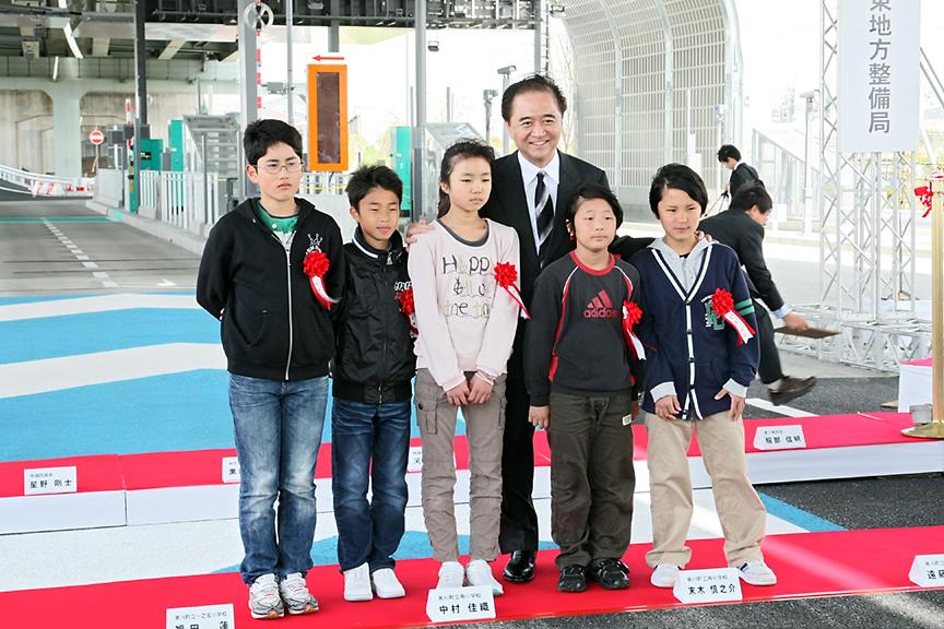 テープカットには地元寒川町の小学生も招かれた