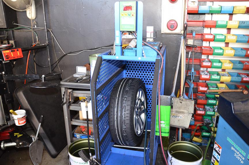 空気を入れるのは専用のケージの中で。タイヤが爆発する可能性もあるため。きっちりと安全が配慮されている