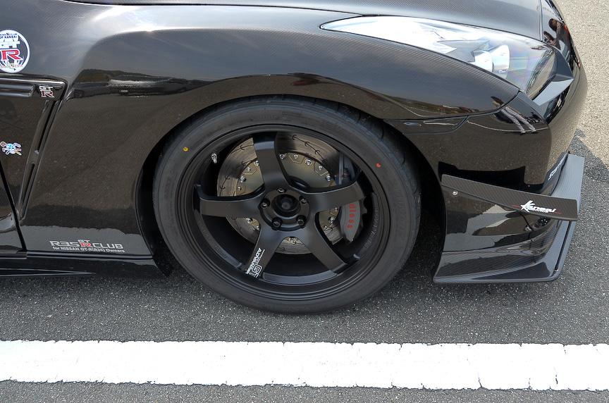 前後のオーバーフェンダーはカーボン製で、ノーブランドの中国製とのこと。前輪にも285/35を履かせているが、フルステアリングでもタイヤハウスのインナー等に緩衝しないと言う