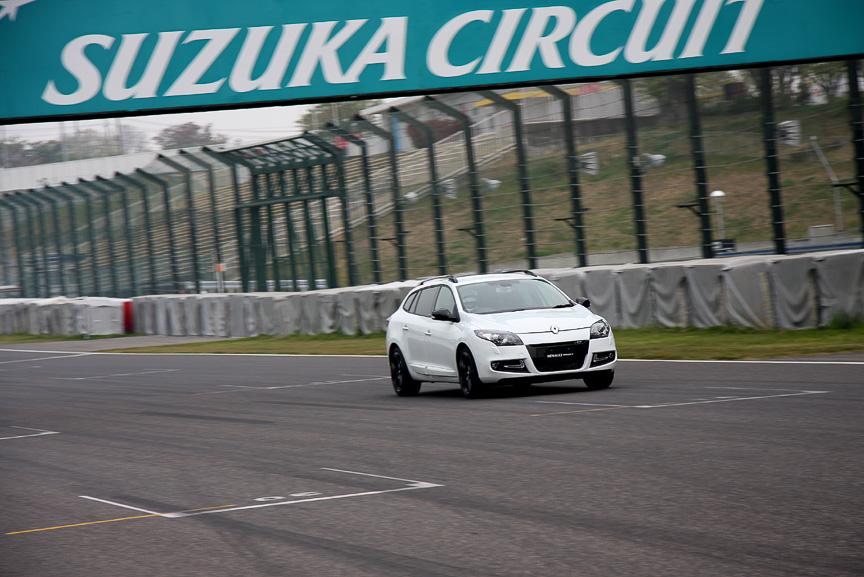 鈴鹿サーキットで走行を披露するメガーヌ エステート GT220