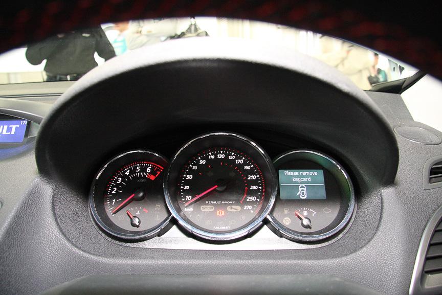 メガーヌ エステート GT220のダッシュボードとインパネ。ダッシュボード中央の液晶モニターがR.S.モニターの情報表示に使われる以外にGTラインから大きな変更はない