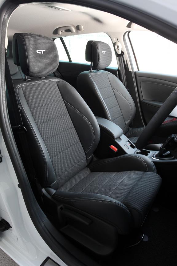 フロントシートのヘッドレストに刻まれるロゴマークがGT専用になる以外は、シートやラゲッジスペースに大きな変更はない