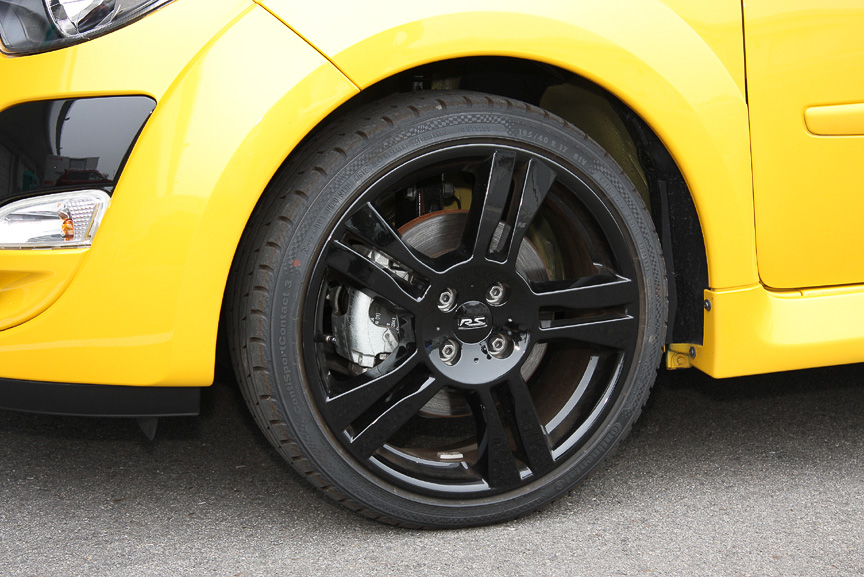 フロントサスペンションに円筒形ブッシュを使い、サスペンションメンバー後部に三角形の補強を追加。「シャシースポール」と比較して10%の剛性強化に成功した。車高も4mmローダウンしている。また、トーションビーム式のリアサスペンションには、ビーム内側に直径24mmのスタビライザーを配置してロール剛性を引き上げている