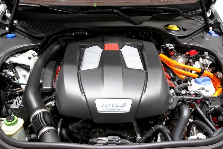 パナメーラSeハイブリッドはパラレル式フルハイブリッドシステムを装備したV型6気筒 3.0リッターエンジンを搭載。システム出力は416PS