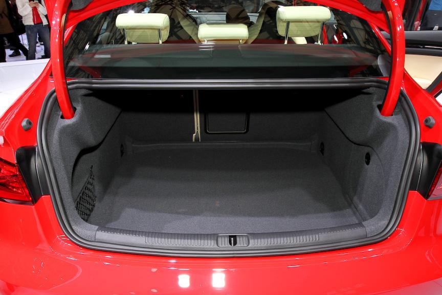 A3セダンのボディーサイズは4460×1800×1420mm(全長×全幅×全高)で、ホイールベースは2640mm。A3スポーツバックに対して全高は低く、全長と全幅はともに拡大