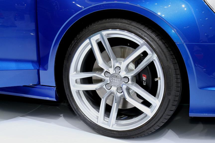 スポーツモデルとなる「S3セダン」。エンジンは2.0リッター TFSIを搭載。最高出力は300HPで、最大トルクは380Nm。0-100km/h加速は5.3秒で、最高速は250km/hでリミッターが作動する