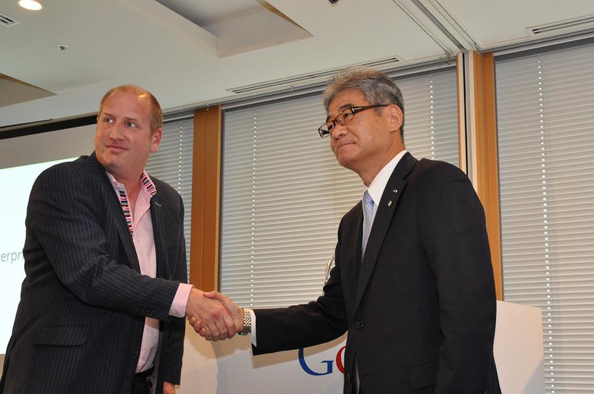 米Google アジア太平洋 GEO セールスディレクター リチャード・サー氏(左)、クラリオン 泉龍彦 取締役社長(右)