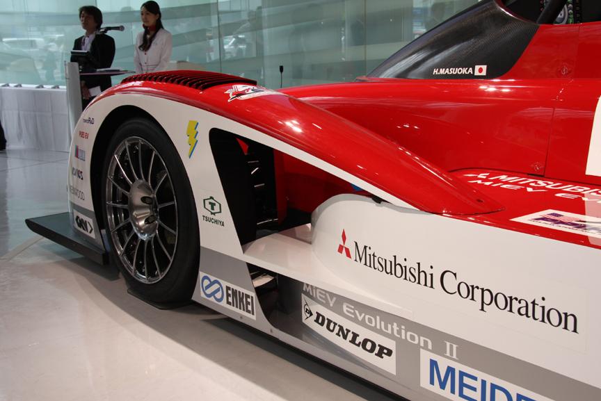 タイヤメーカーは昨年同様ダンロップとなるが、レギュレーション変更に合わせてスリックタイヤに変更。フロントフェンダー後方は大胆に肉抜きされている