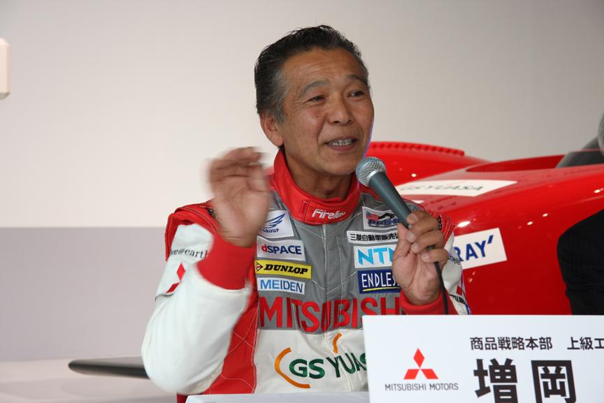 総合優勝を狙うライバルとして、エンジン車ではプジョーチームから参戦するS・ローブ選手、EVではチームAPEVの田島選手とトヨタのR・ミレン選手の名前を挙げる増岡選手