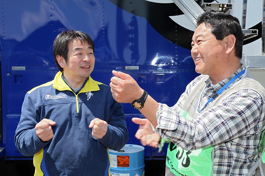 小田島氏(左)と筆者。富士スピードウェイにて