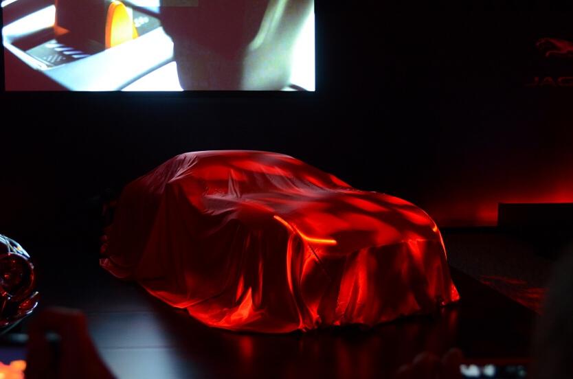 発表会場は赤を基調としたもので、スポーツカーらしさを演出