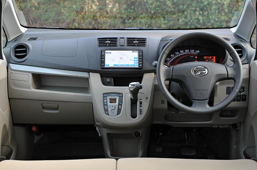 ムーヴの室内サイズは2130×1350×1280mm(室内長×室内幅×室内高)。ムーヴ、ムーヴ カスタムともにインパネデザインを刷新するとともに、メーター位置はこれまでのセンターレイアウトから運転席前に変更した