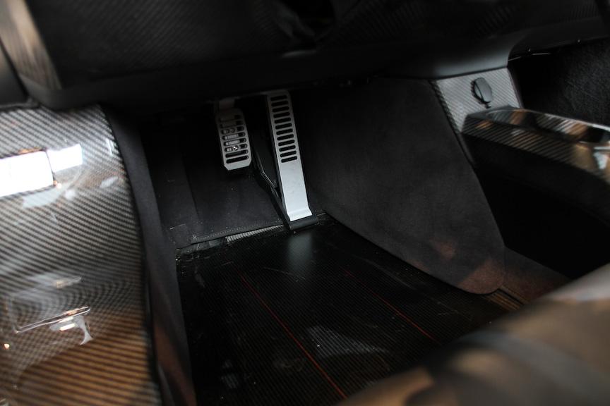 インテリアでは、ダッシュボード、フロア、ルーフ、ドアなどがカーボン製となるとともに、吸音材を取り除くなど徹底した軽量化が行われている