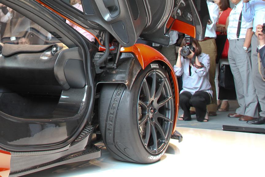 タイヤはピレリと共同開発したPゼロ・コルサ。非対称形状とし、パターンにはマクラーレンのロゴが刻まれる