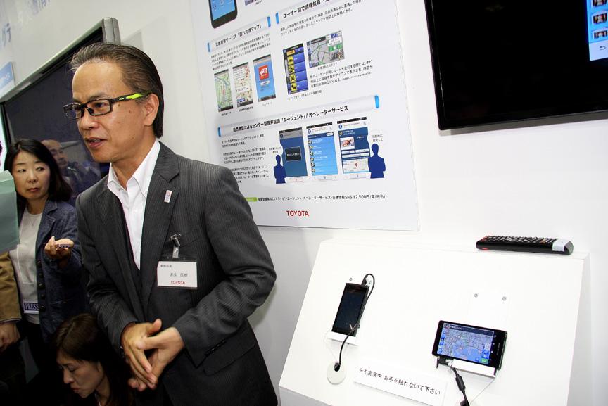 デモ機の前でサービス内容について解説するトヨタ自動車 友山茂樹常務取締役