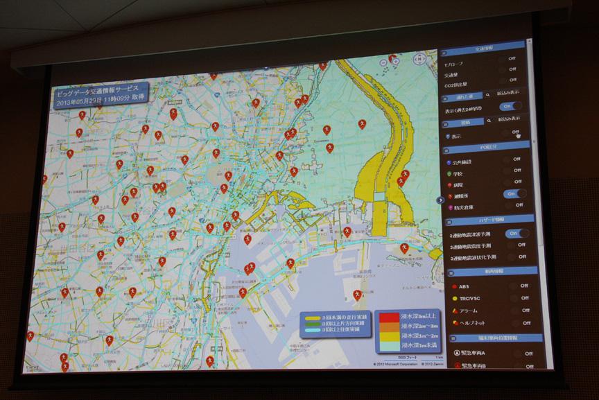 赤いアイコンは避難所。さらに、地図上には津波予想のデータが重ねられており、水色が浸水深1m未満、黄色が浸水深1~2mという予想データを表している