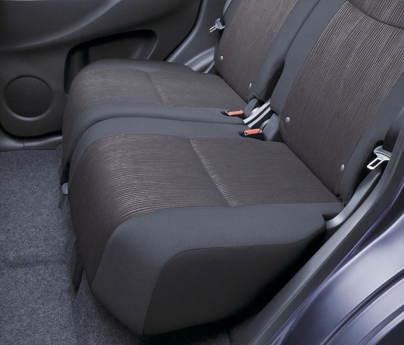 スエード調クロスを使うデイズ ハイウェイスターのシート表皮。エボニーのカラーリングでシルバーのラインをアクセントに配置