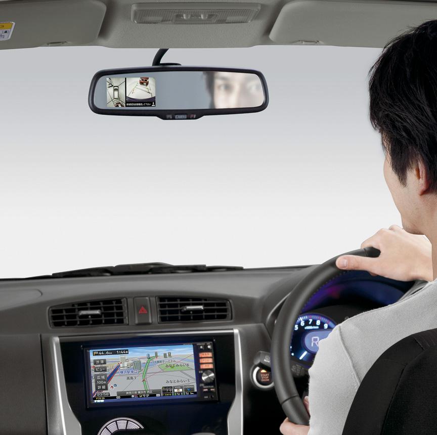 コンパクトな軽自動車でも、やはりあればうれしいアラウンドビューモニター。後退時に無意識でも視線を送るルームミラー内に映像が表示されるので、使いやすさも高い。デイズは全車オーディオレスが標準になり、ディーラーオプションで設定される日産オリジナルナビを装着すれば、アラウンドビューモニターの映像をナビの画面にも表示可能