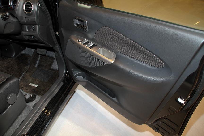 デイズ ハイウェイスター Xのインテリア。ブラックを基調とし、シート地にハイウェイスター専用のスエード調クロスを採用する。また、前後のタイヤ間を拡大したロングホイールベースにより、広くて開放的な室内空間を実現したほか、オートエアコンはタッチパネル式を採用。エアコンの風量は8段階で調整可能
