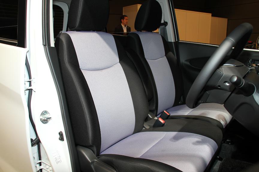 こちらはオーテックジャパンのカスタムモデル「デイズ ライダー」。専用デザインのフロントバンパーやグリル、15インチアルミホイールを装着するほか、インテリアではグレーとブラックの専用シート、センタークラスターに専用クロムメッキフィニッシャーなどを採用している