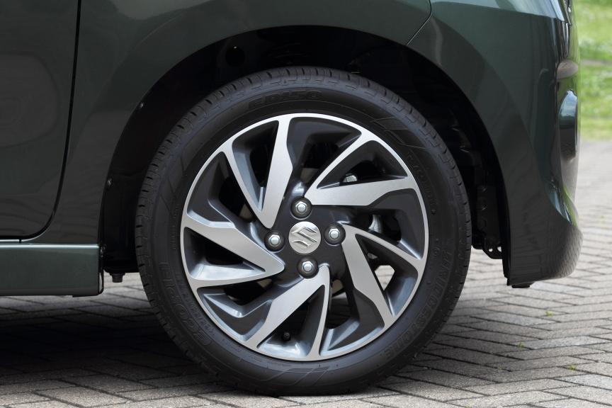 TSには新デザインの切削タイプ専用15インチ、GS/XSは新デザインの専用14インチアルミホイールを装備する(写真は15インチ)