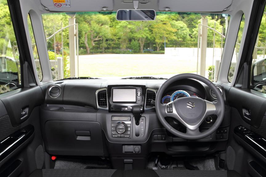 ブラック基調のインパネ、ドアトリム、ドアトリム表皮、シート。フロントガラスはトップシェード付きでXS/TSの運転席・助手席バニティーミラーは照明