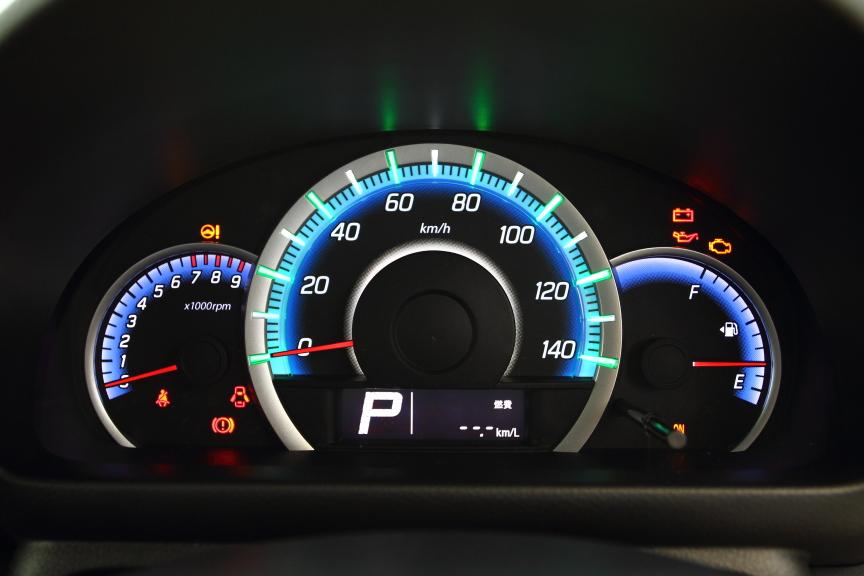 3連スピードメーターにも外周にシルバーリングを配置