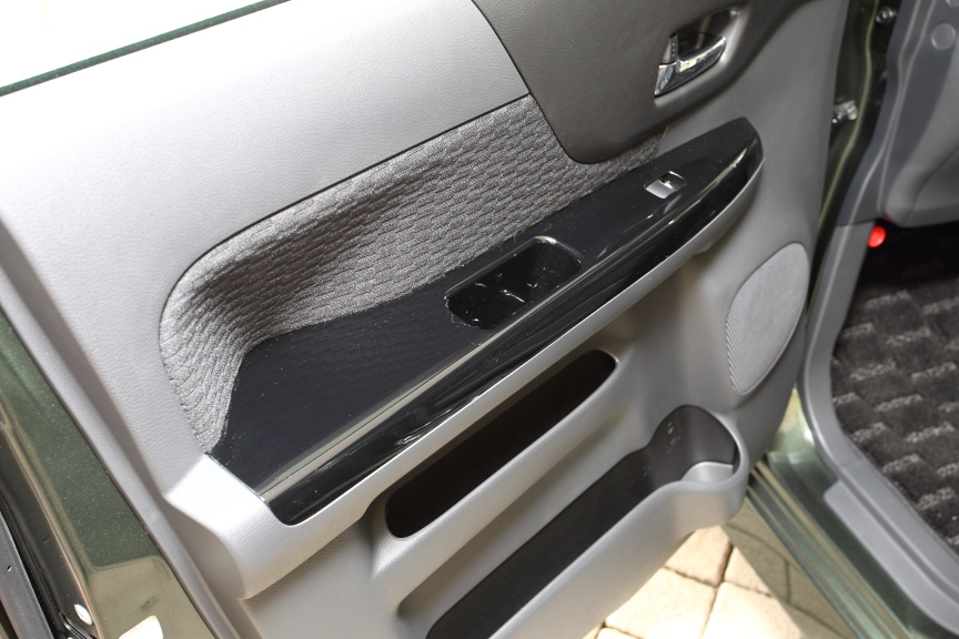 ドアアームレストとナビまわりのオーディオガーニッシュはピアノブラック調塗装となる。またスマートフォン連動ナビ(バックモニター、ハンズフリーマイク、外部端子、ステアリングオーディオ付)はカスタム全グレードにメーカーオプションが設定される