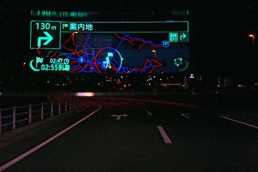 地図のスケールを広域に変更したところ。東京湾が暗い青で表示されている
