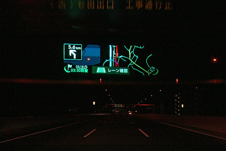 レーンはみ出し警告もAR HUDユニットに描画。視線を動かさずに、ドライブをアシストしてくれるのはありがたい