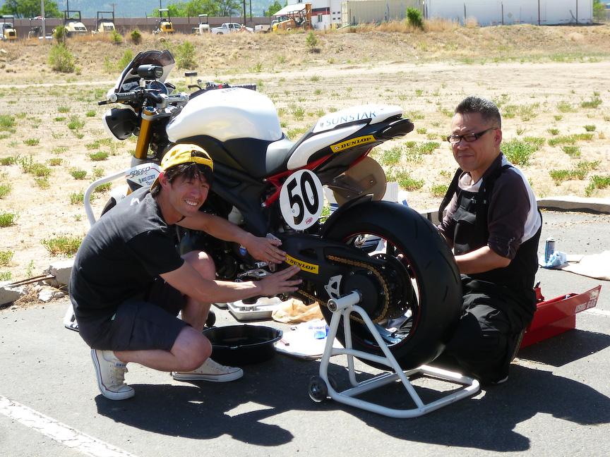 バイクの整備中の伊丹選手