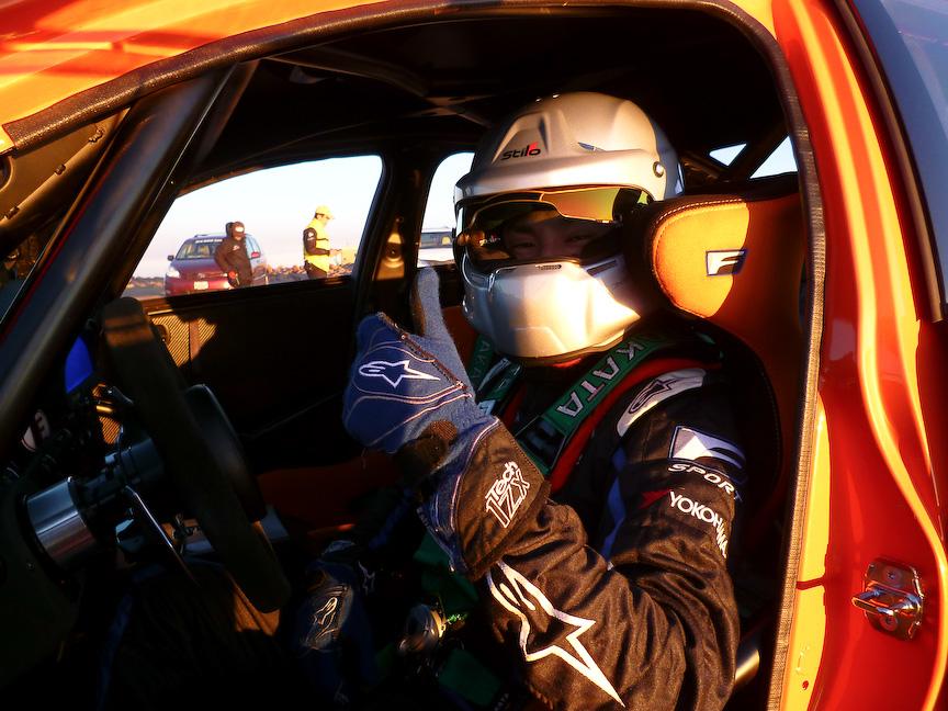 ドライバーのケン・グシ選手と朝陽を浴びてより一層ボディーカラーが鮮やかになるIS-F CCS-R