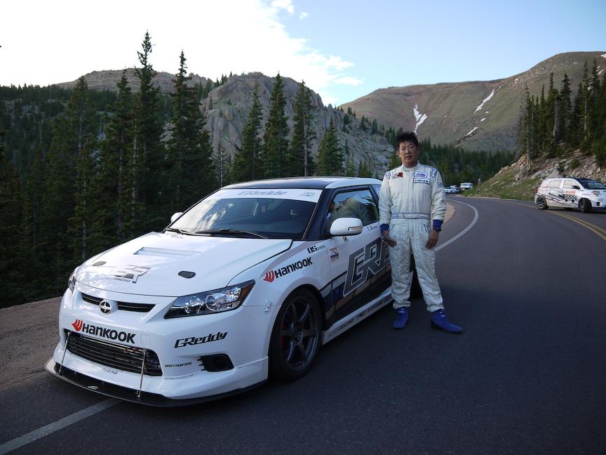 2011Scion tCドライバーの相澤選手はカリフォルニア在住。ケン・グシ選手のフォーミュラDのスポッターもしているのだとか
