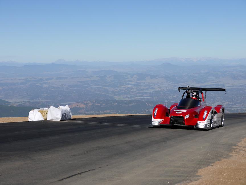 昨年からEVで出場している三菱自動車は、32号車を増岡選手が、34号車をグレッグ・トレーシー選手がドライバーを務めます