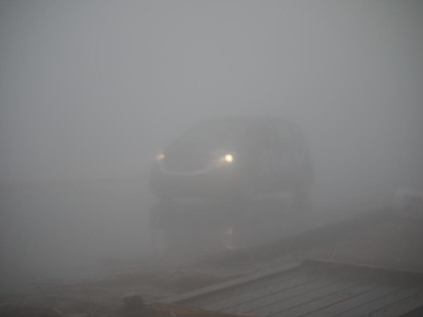 チーム・ヨコハマは完走ならず……。そのときの天候はヒョウ混じりの雨と濃霧。ほかの写真と見比べていただくと違いがよく分かるはず。このフィットもやっとチェッカーを受けたような感じでした