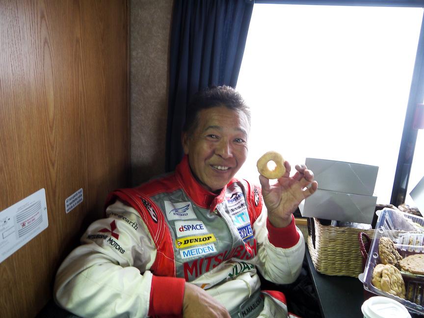 パイクスと言えば山頂名物のドーナツ。みんなドーナツを食べるの図